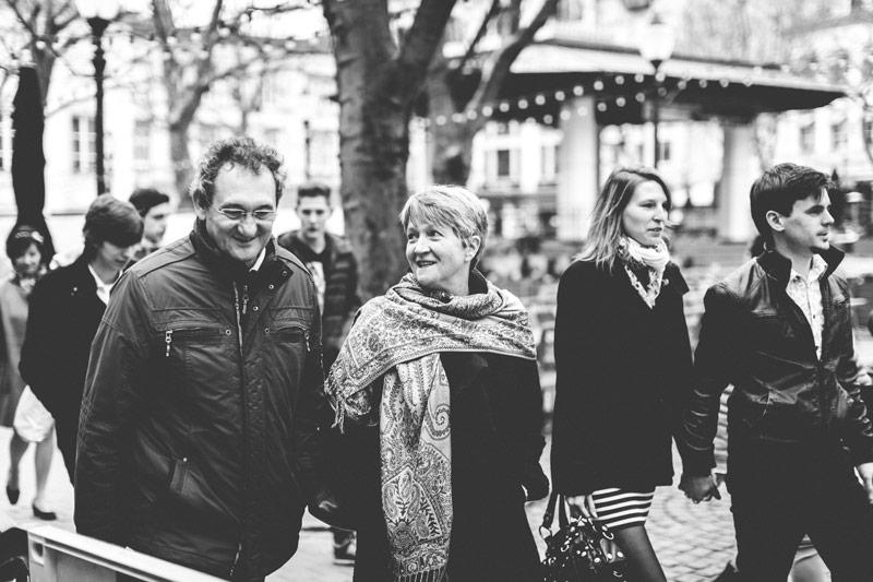 couples marchant sur la place d'armes au luxembourg