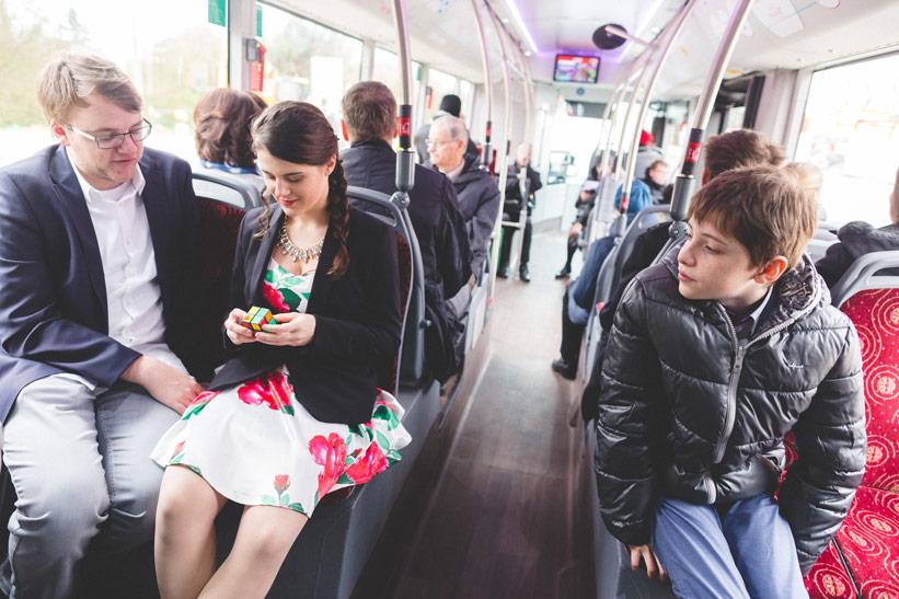 les invités se rendent au mariage en bus