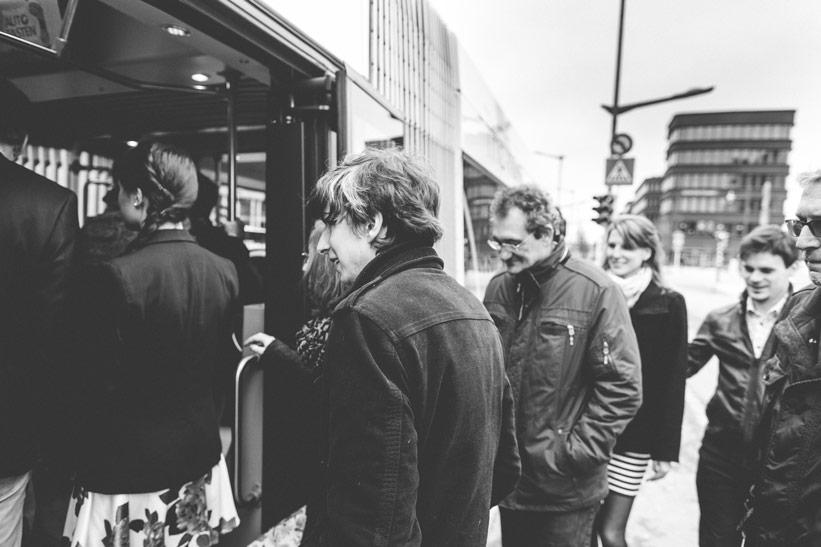 personnes montant dans un bus au Luxembourg