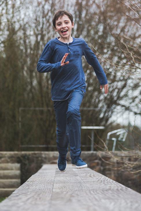 un enfant court sur une rampe