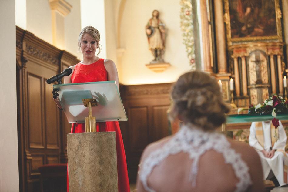 la soeur de la mariée pendant son discours à l'église