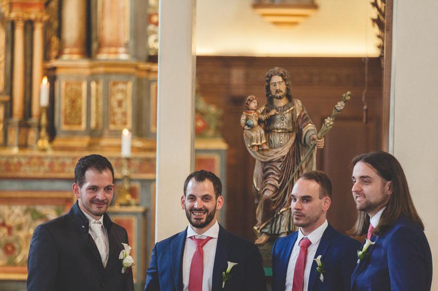 le marié et ses témoins à l'église