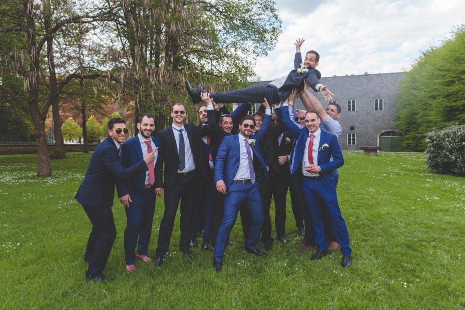 le marié porté par les hommes du mariage
