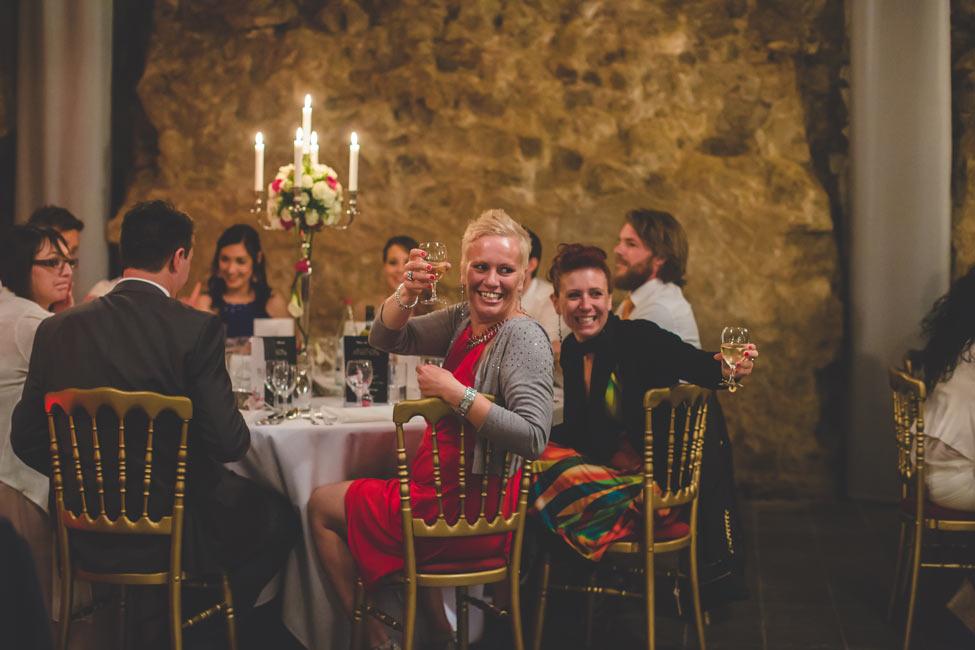 les invités à la table de mariage