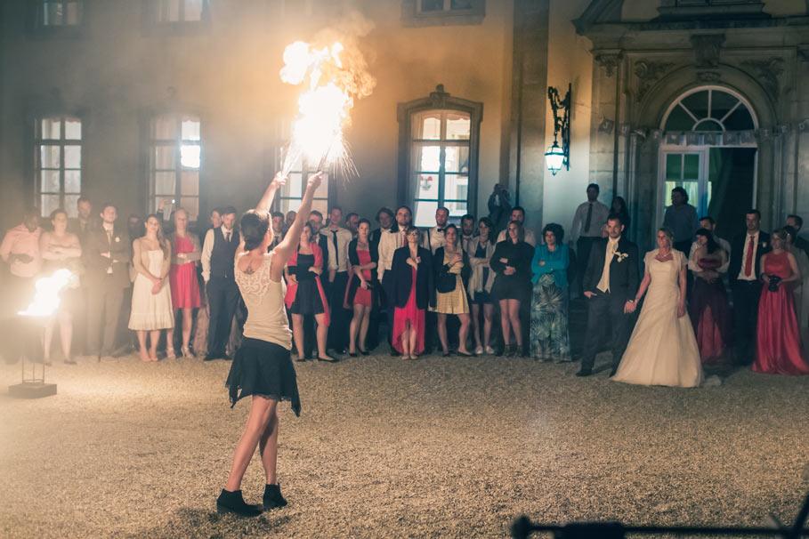 spectacle de feux devant les mariés