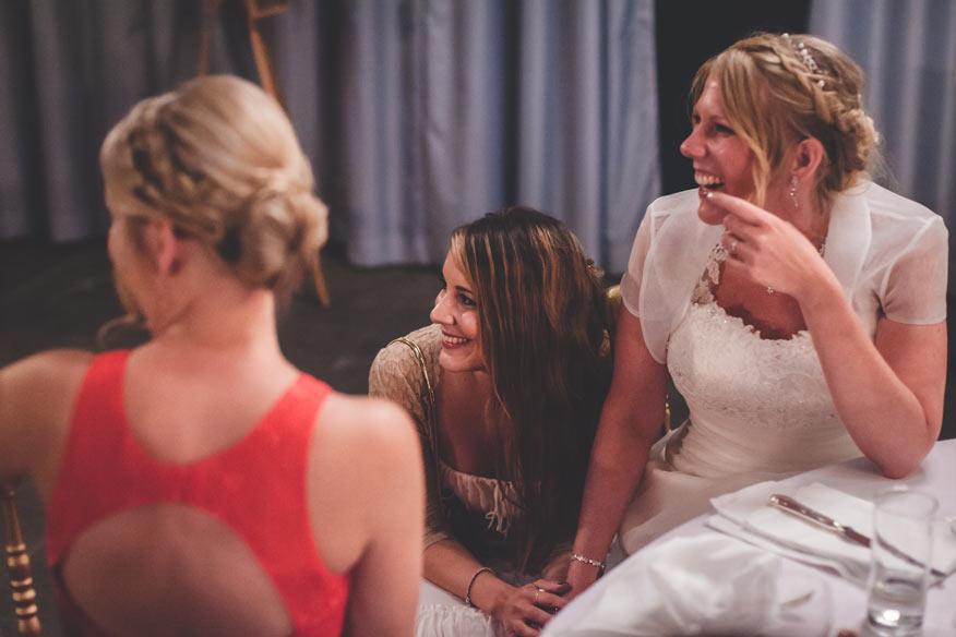une femme tient la main de la mariée lors du discours remplit d'émotion
