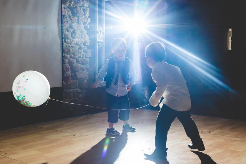 enfants jouant au ballon sur la piste de danse du mariage