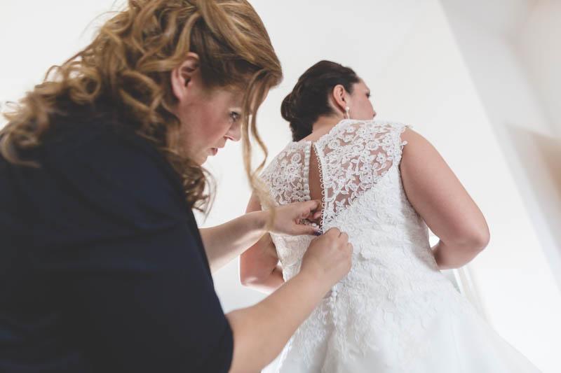 fermeture de la robe par sa grande soeur