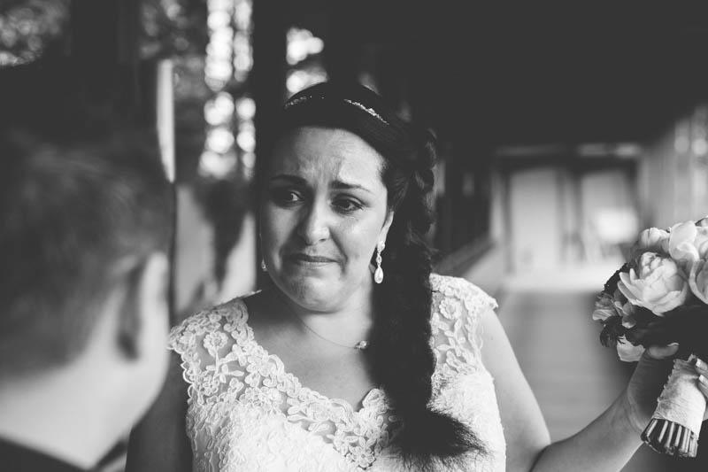 la mariée en pleurs pendant la rencontre