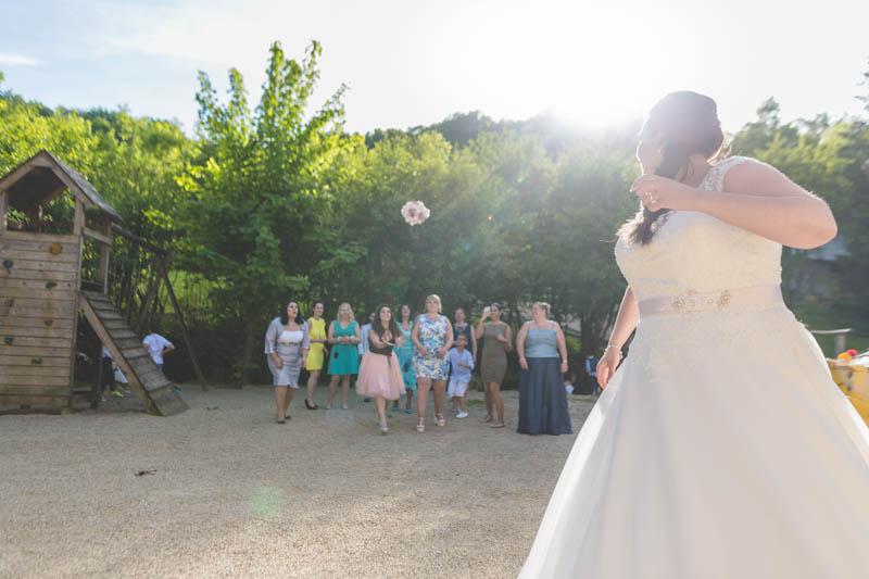 la mariée vient de lancer le bouquet