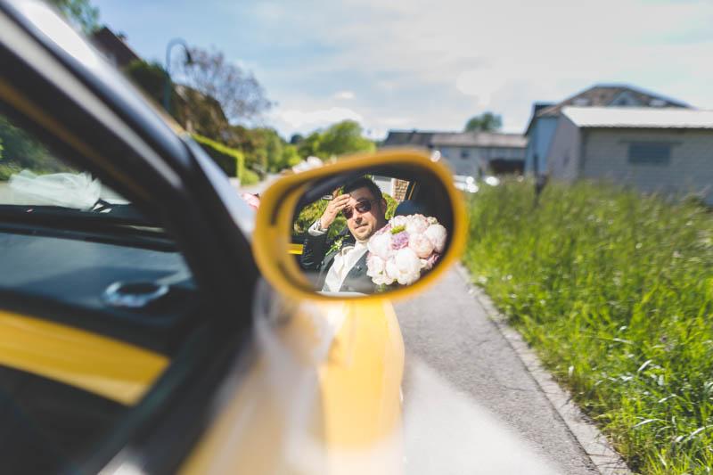le marié dans le rétroviseur de sa Fiat jaune