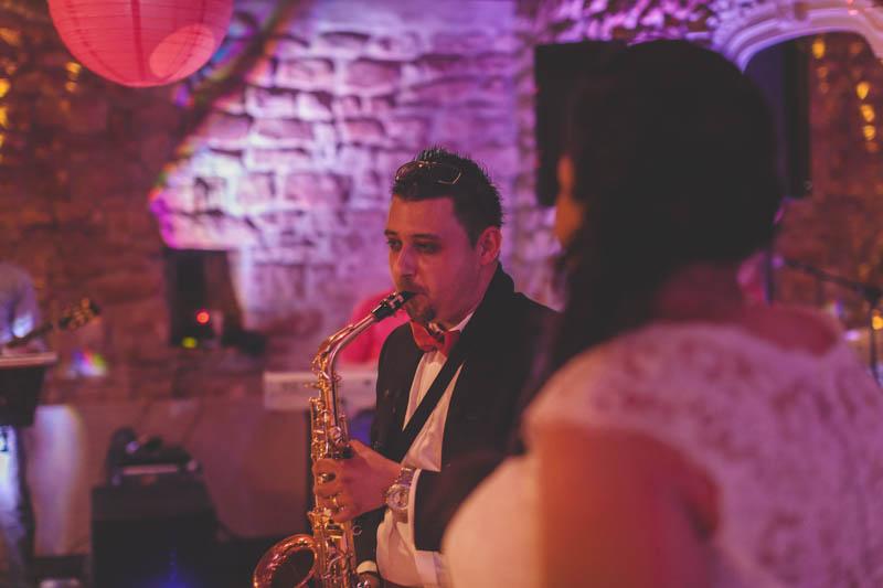 le marié joue du saxophone pendant la soirée