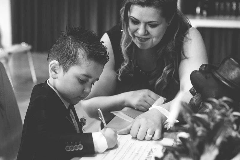 petit garcon signe le registre de mariage à la commune de Rumelange