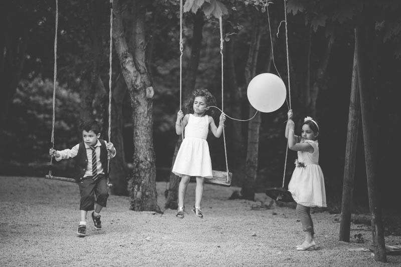 petite fille se balance avec un ballon dans la bouche