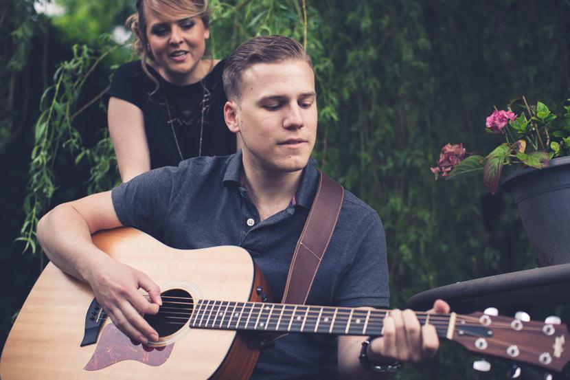 couple de musicien jouant sous l'oeil du photographe