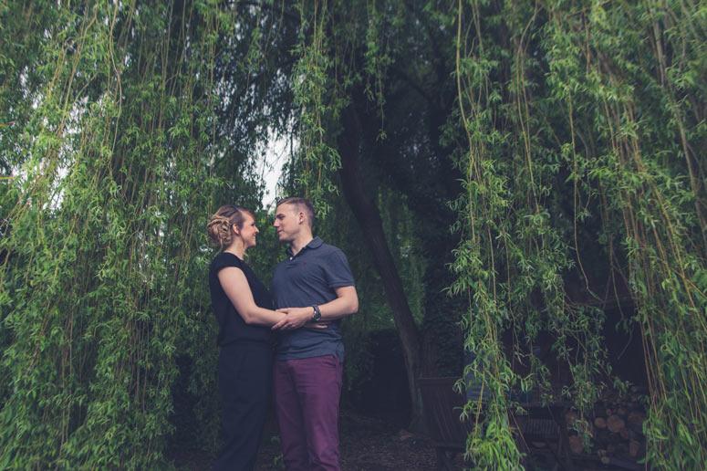 magnifique photo de couple devant un saule pleureur