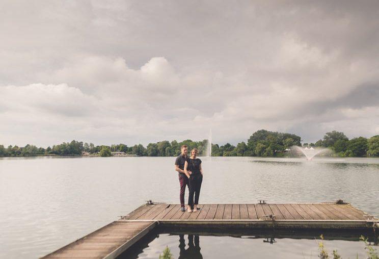 photo de couple devant l'étang de la Ballastière en moselle
