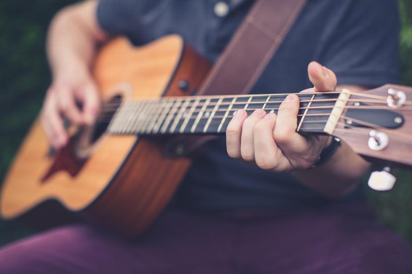 un guitariste joue de son instrument