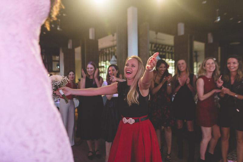 joie d'une jeune femme ayant reçu le bouquet de la mariée
