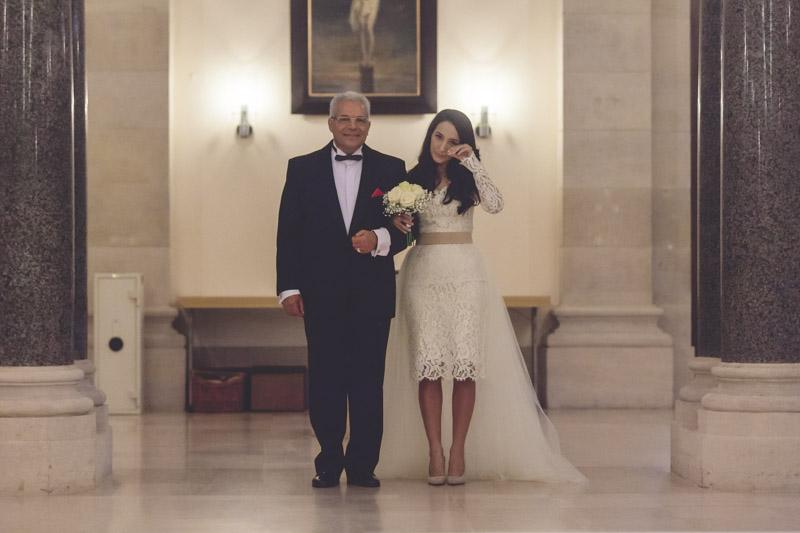 la mariée en larmes au bras de son père