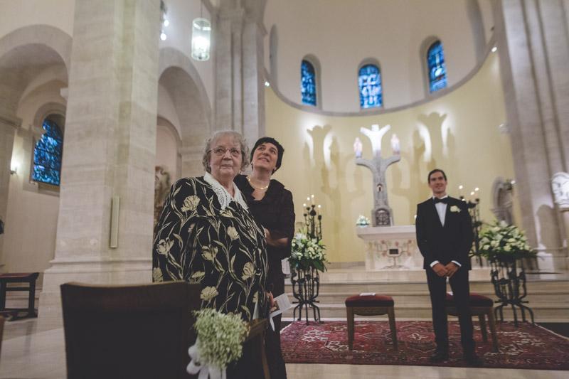 le marié attend sa future épouse sous les yeux de sa belle-mère