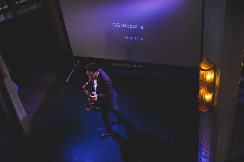 le saxophoniste sur la scène de la boqueria