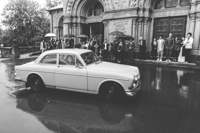 les mariés quittent l'église dans une Volvo d'époque