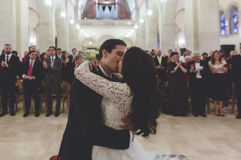 les mariés s'embrassent sous les applaudissements