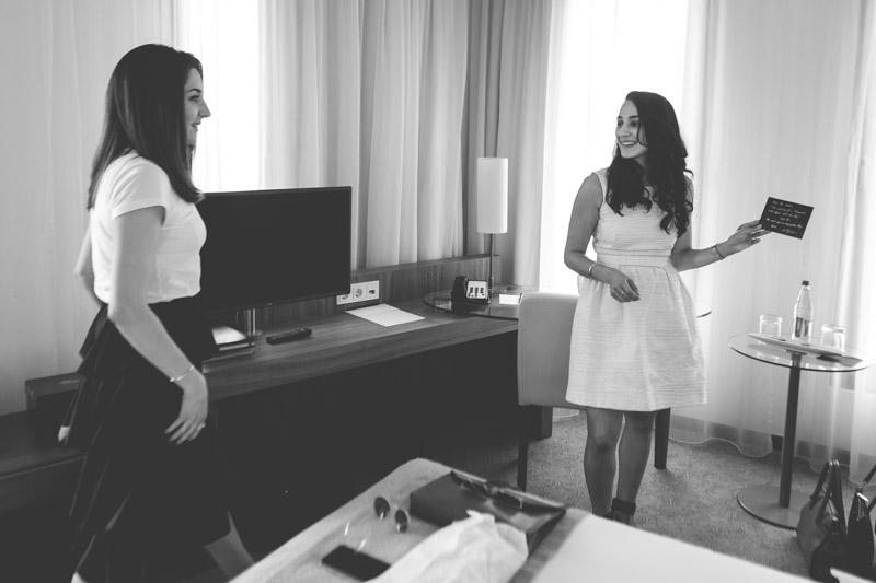 mariée et sa soeur découvrant le petit mot de l'hotel