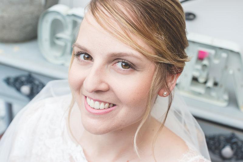 a mariée sourit au photographe