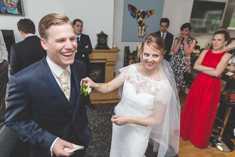 les mariés joyeux