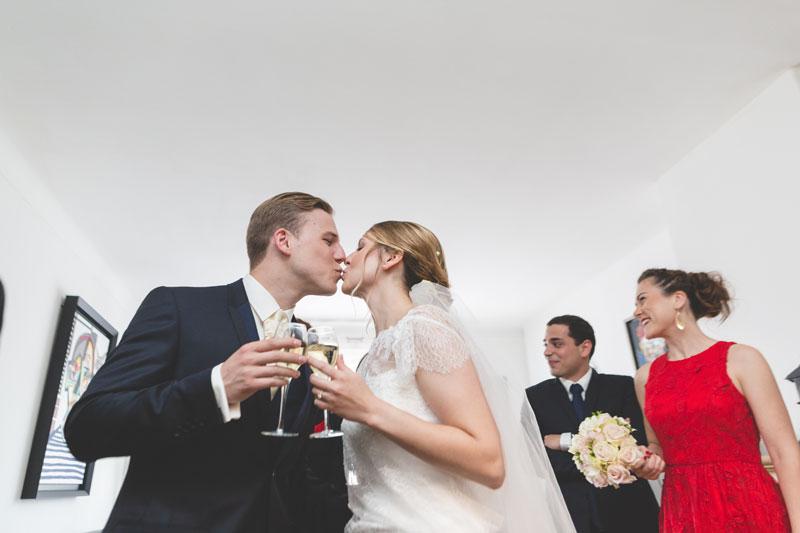 les mariés trinquent et sembrassent