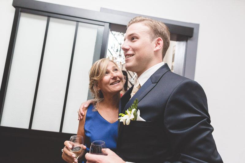 accolade du marié et de sa maman