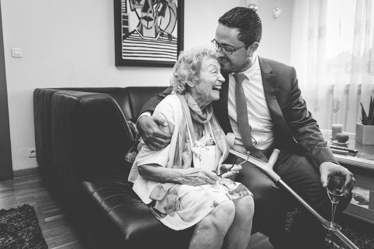 embrassade entre un homme et sa grand mère
