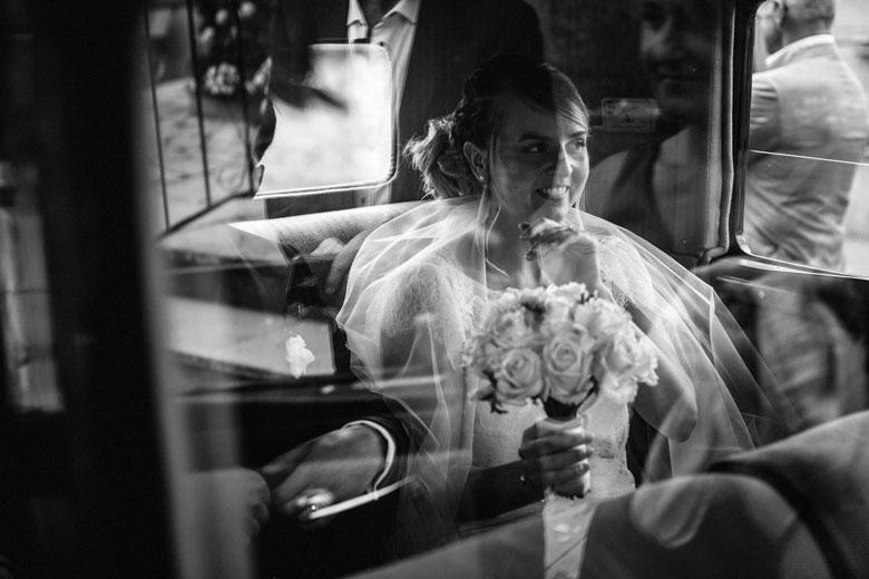 la mariée rêveuse dans la voiture
