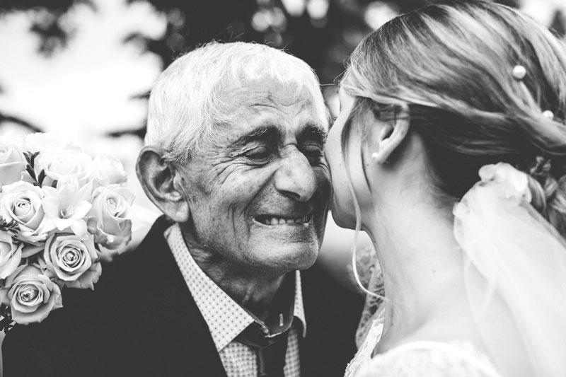 émotion du grand père et de sa petite fille