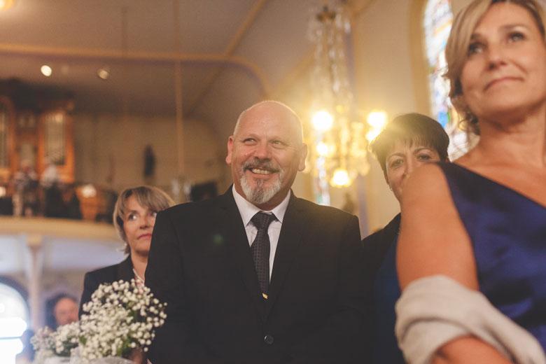 le père de la mariée ému par la cérémonie