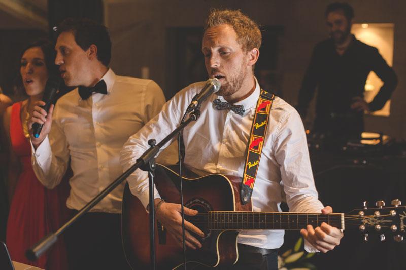invité jouant de la guitare pour les mariés