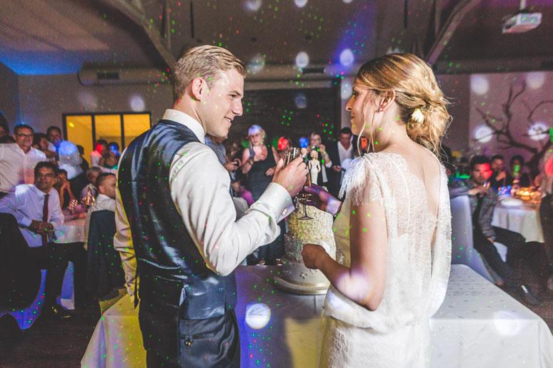 les mariés trinquent devant leur gateau