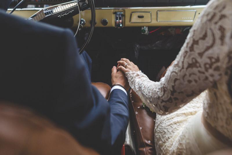 les maries dans leur voiture ancienne