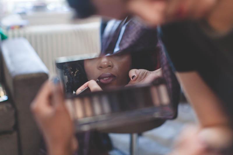 plan original du photographe pendant la séance maquillage de la mariée