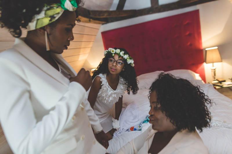 la mariée se prépare sous l'oeil amusé de sa petite fille