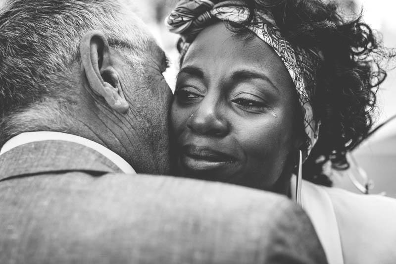 la mariée verse une larme