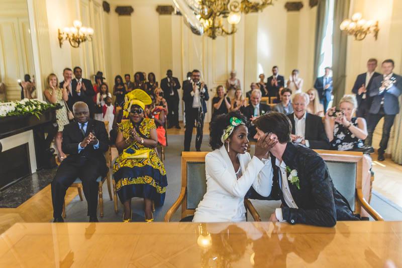 les mariés s'embrassent à la mairie de luxembourg ville