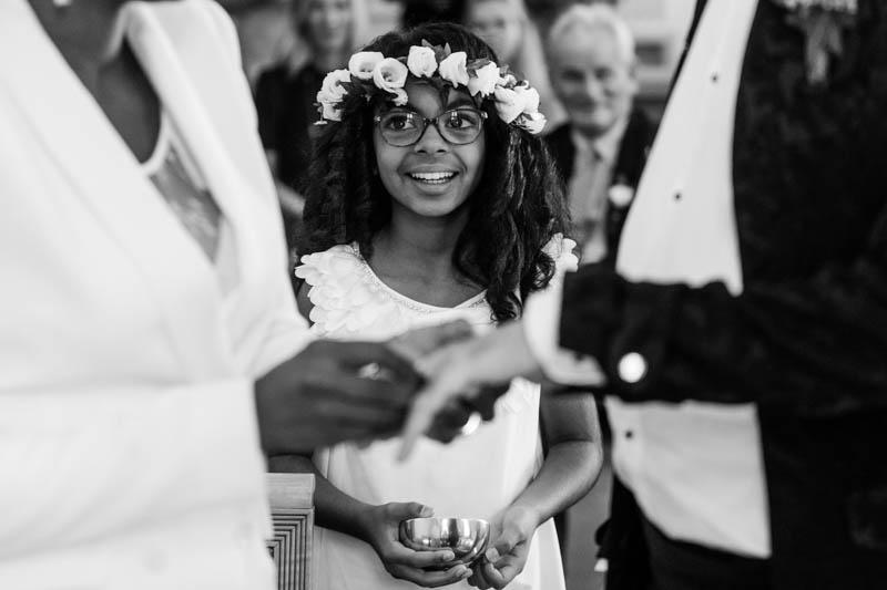 petite fille souriant à sa maman pendant le passage des alliances