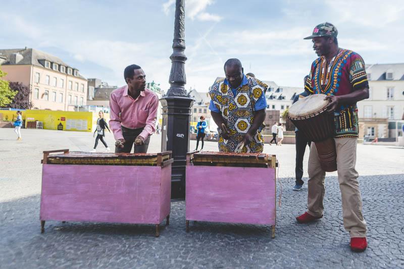 23 musiciens africains sur la place guillaume II