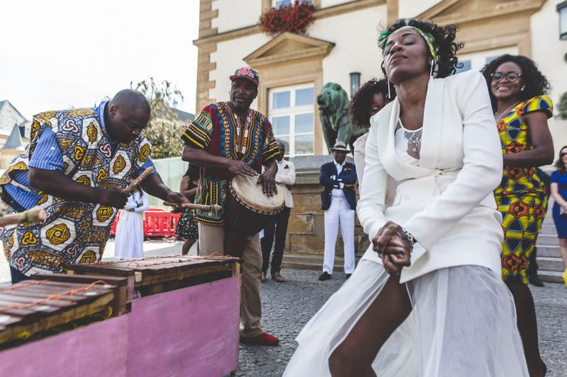 danse de la mariée devant l'hote de ville