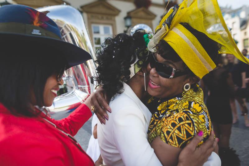 embrassade par la maman portant une tenue colorée