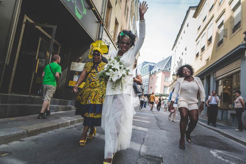 la mariée est heureuse et marche dans la rue
