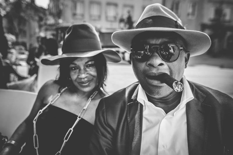 portrait d'un homme noir fumant un gros cigare